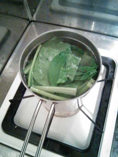 小松菜をパスタ鍋に投入