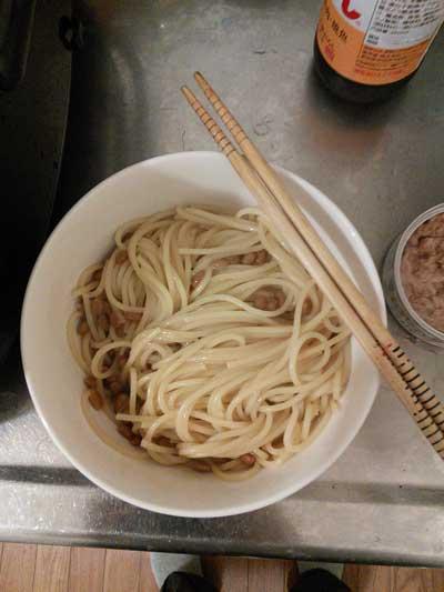 ポン酢を絡めて納豆と混ぜたパスタ