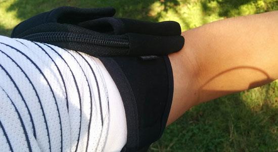 ランニングポーチを腕に巻いて走っているところ