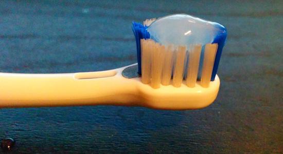コンクールを歯ブラシに付けたところ
