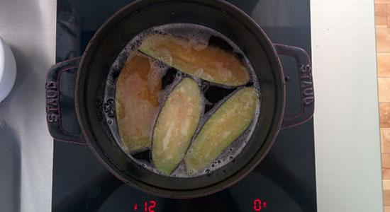 茄子を油で揚げる